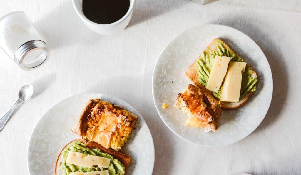 Avocado toast au halloumi pour le brunch - Les Jus PAF